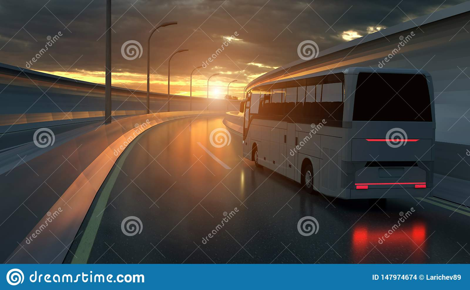 Turist- vit buss som kör på en huvudväg på solnedgången som är bakbelyst vid en ljus orange sunburst under en illavarslande molni