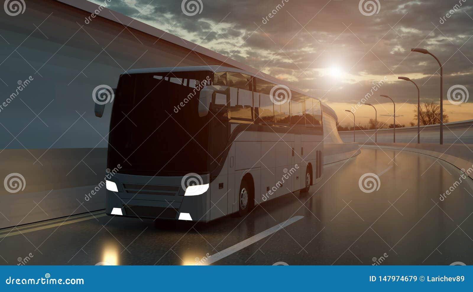 Turist- vit buss som k?r p? en huvudv?g p? solnedg?ngen som ?r bakbelyst vid en ljus orange sunburst under en illavarslande molni