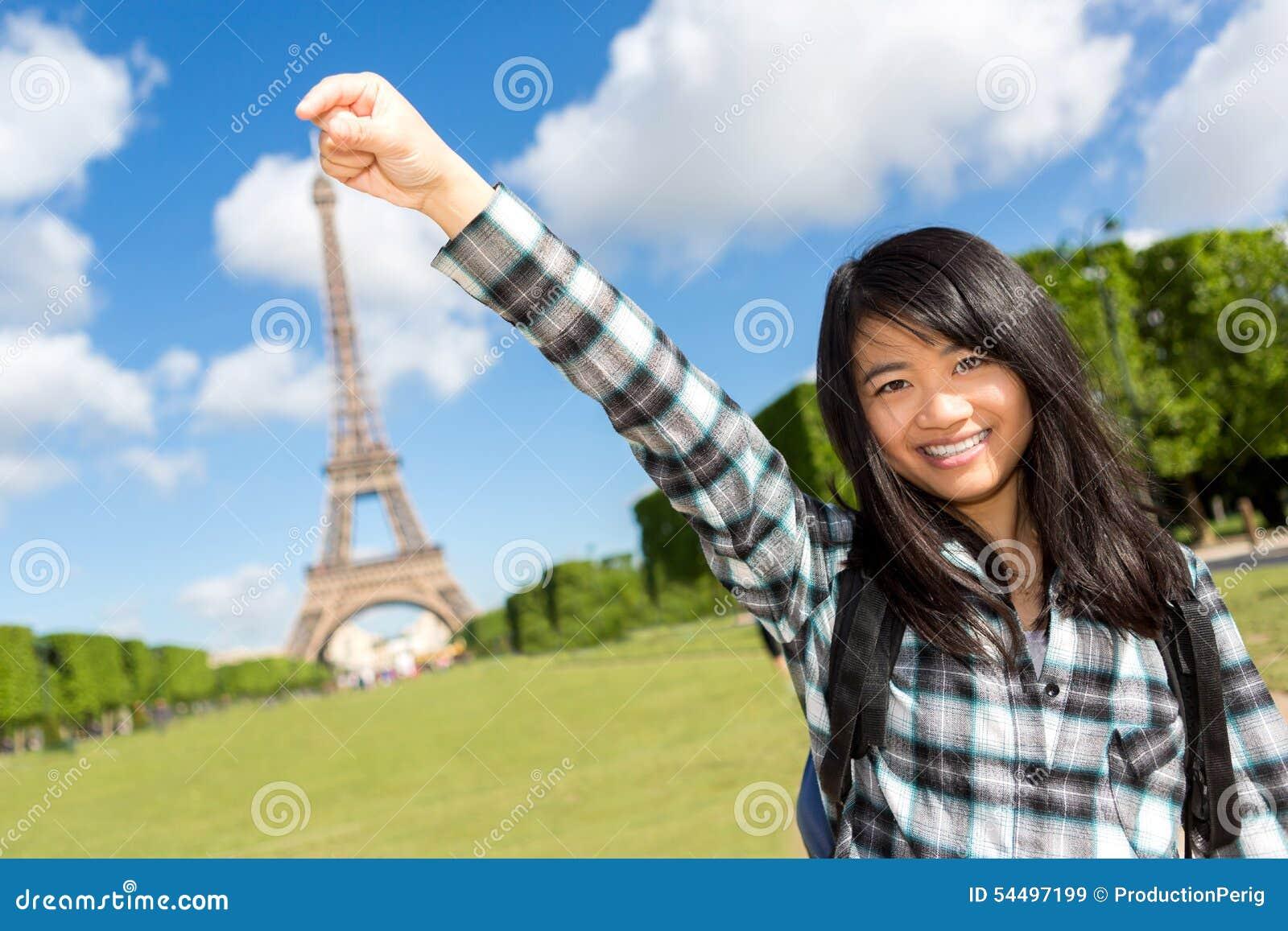 Turista asiático atrativo novo na frente da torre Eiffel