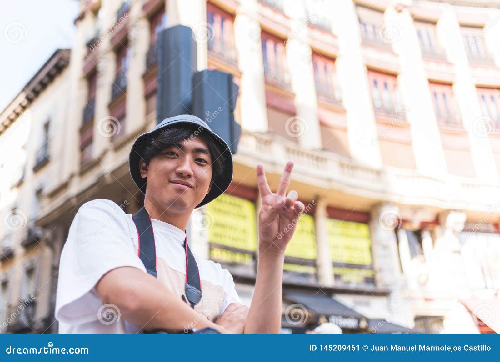 Turista asiático que viaja em Europa