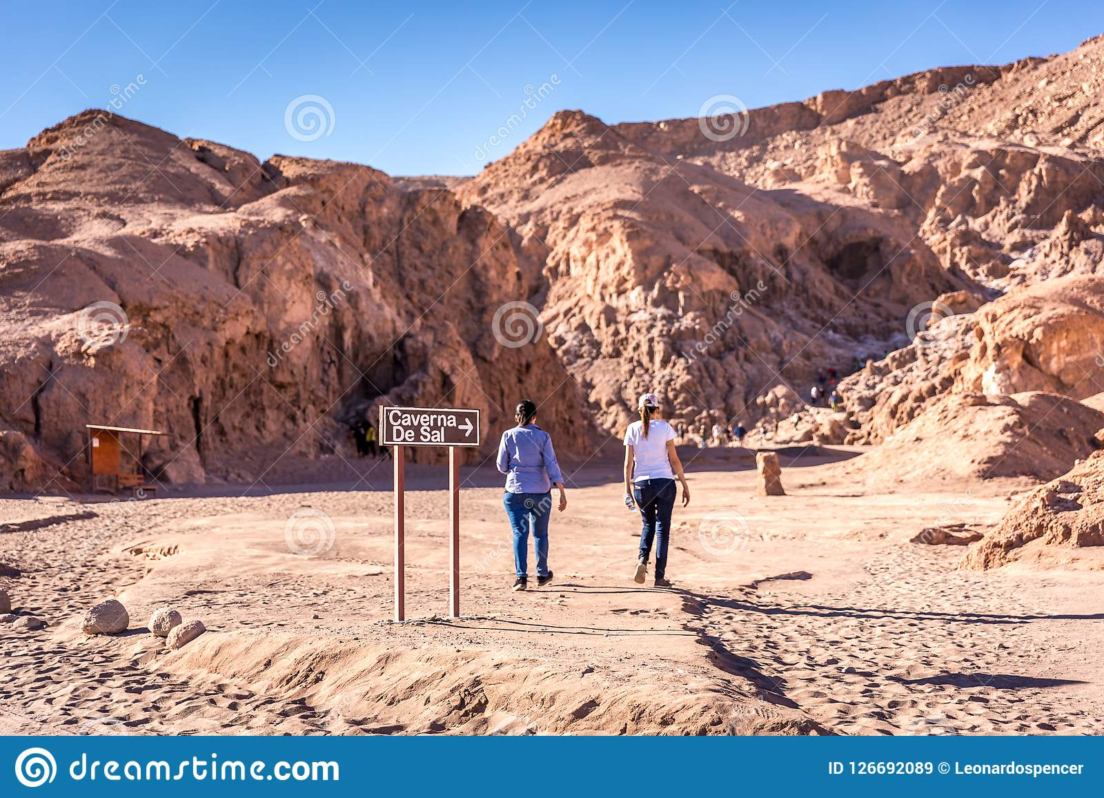 Turista che cammina nell attrazione della caverna del sale del ` s Caverna de Sal dell Atacama nel Cile