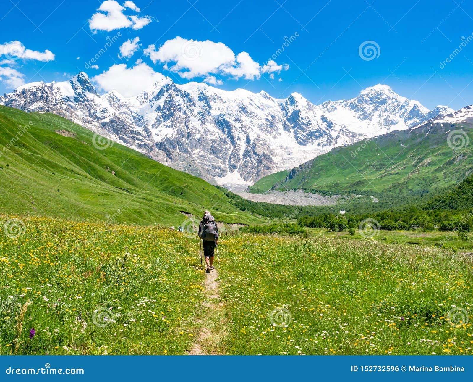 Turista con una mochila en las montañas del Cáucaso Regi?n de Svaneti, Georgia