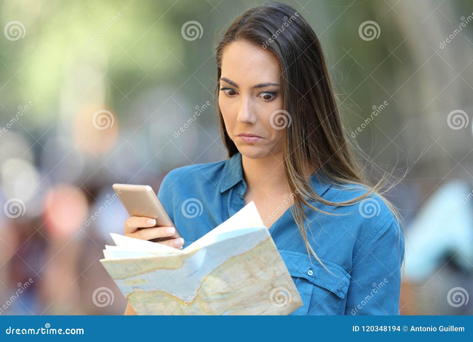 Turista confuso que tenta encontrar o lugar