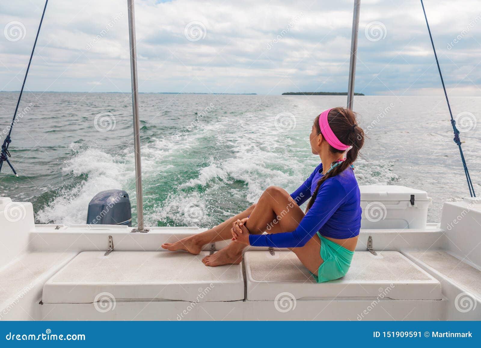 Turista de la mujer del viaje de la excursión del barco del viaje que se relaja en la cubierta del verano del catamarán de la mot