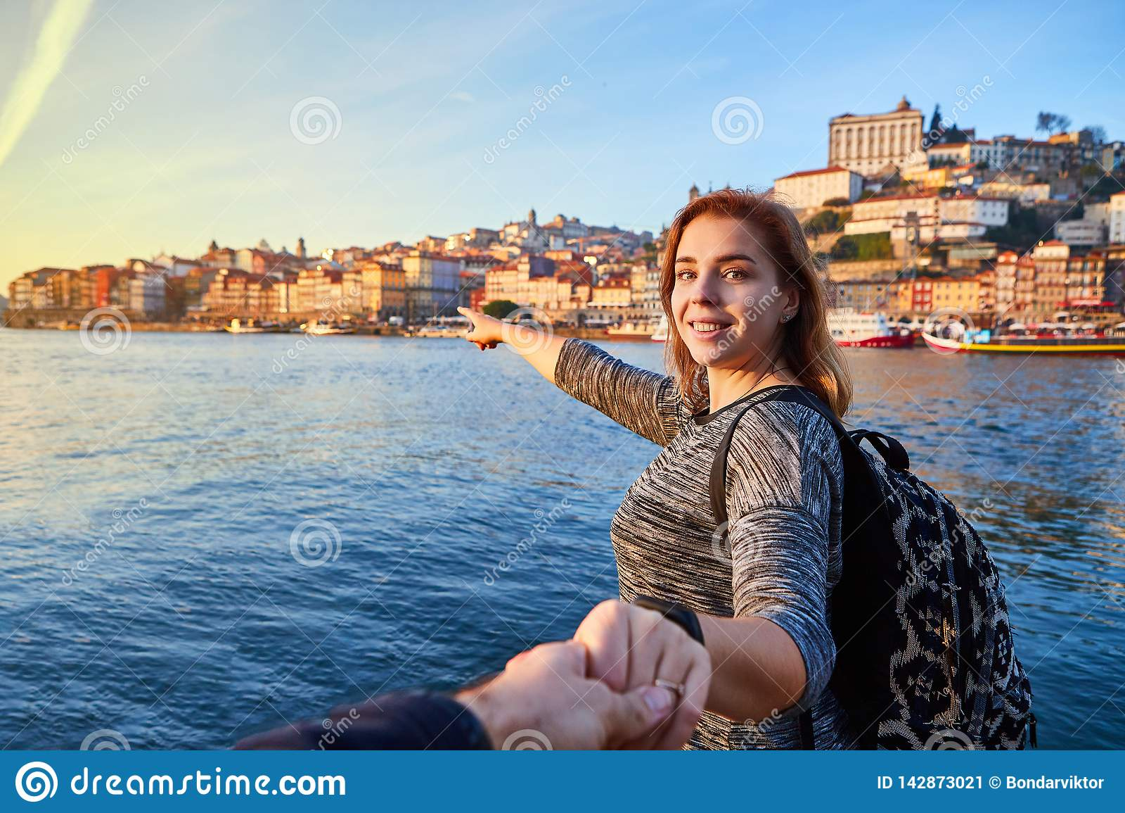 Turista de la mujer joven que disfruta de la opinión hermosa del paisaje sobre el cuarto y el río históricos Duoro de Ribeira de