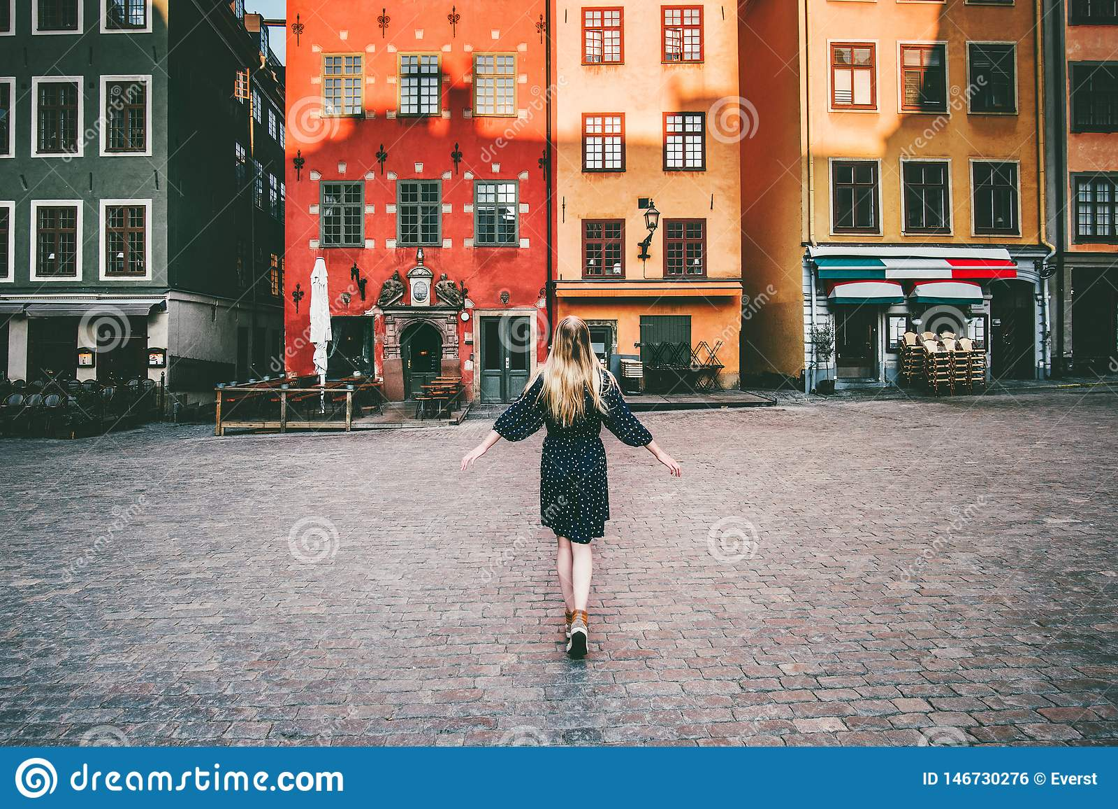 Turista de la mujer que camina en el viaje de Estocolmo que hace turismo