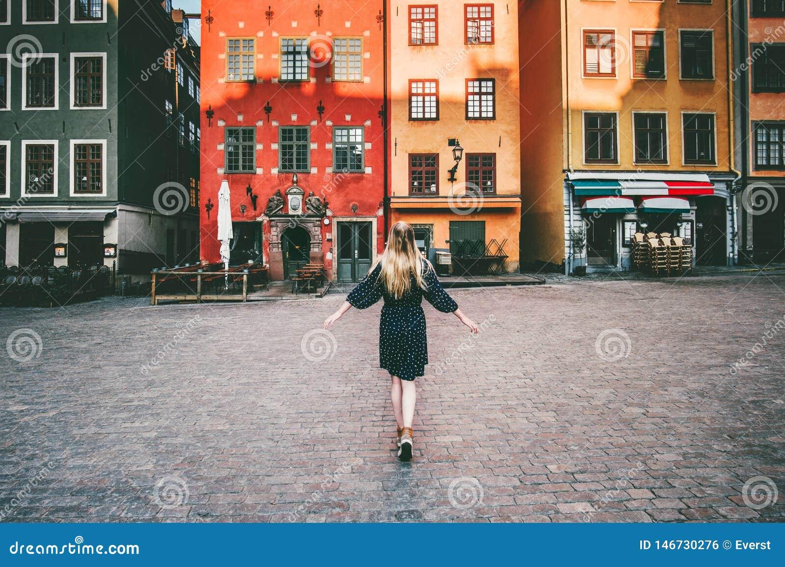 Turista della donna che cammina nel viaggio di Stoccolma che fa un giro turistico