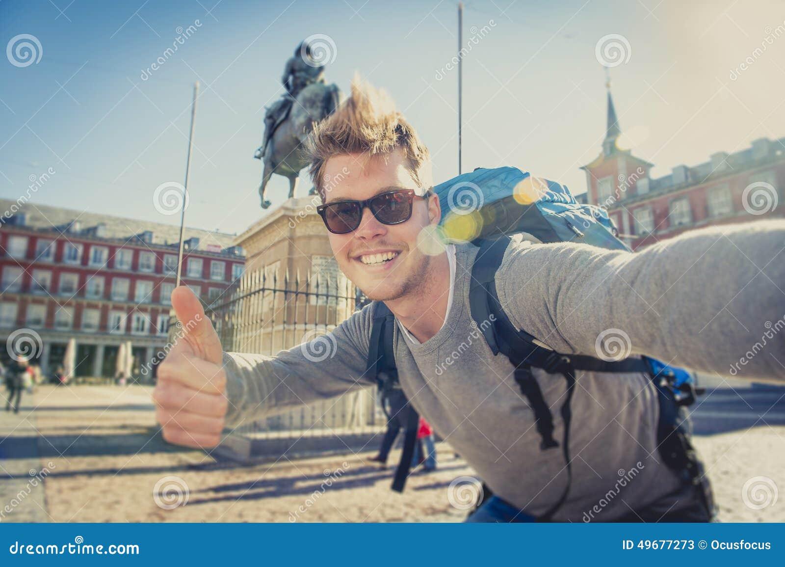 Turista do mochileiro do estudante que toma a foto do selfie com telefone celular fora