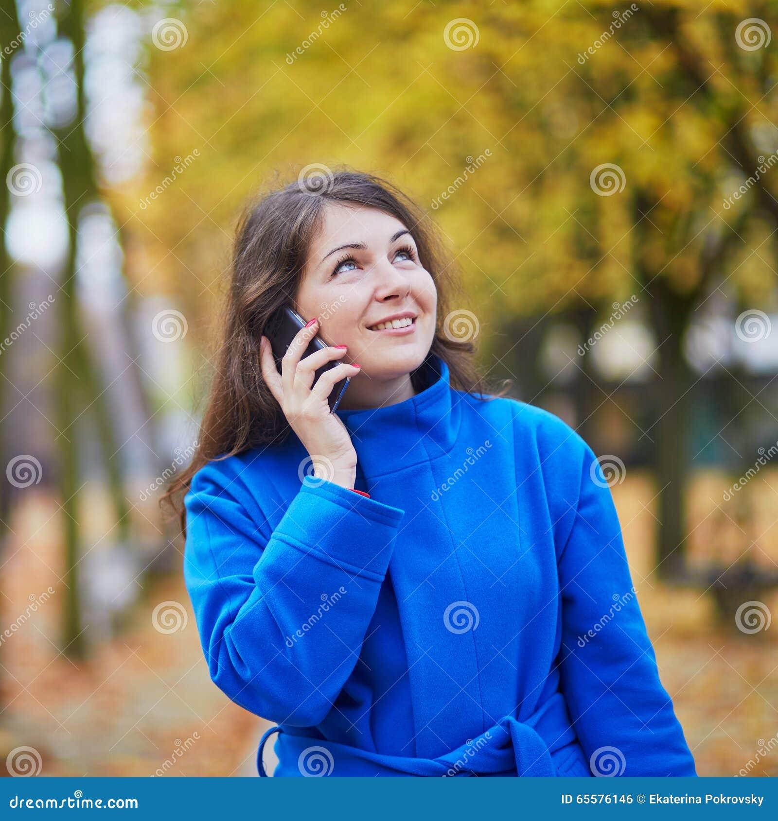 Turista em Paris, usando o telefone celular