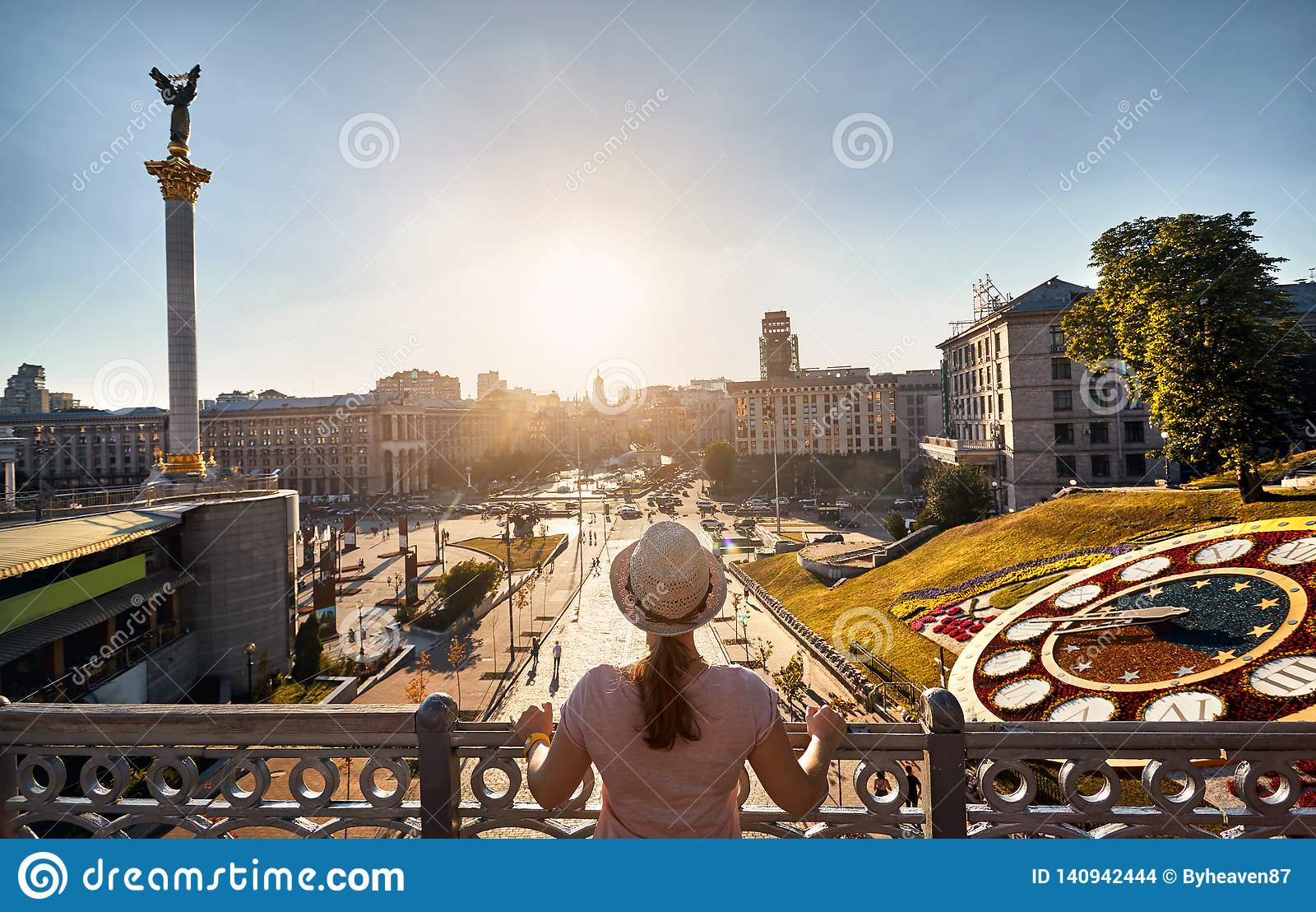 Turista en el cuadrado de la independencia en Kiev