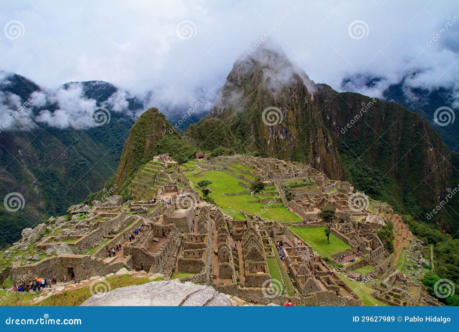 Turista en la ciudad perdida de Machu Picchu - Perú