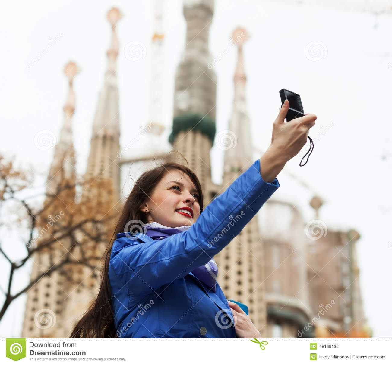 Turista fêmea com fotografia da câmara digital