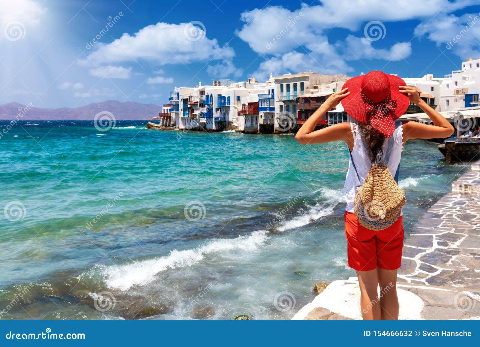 Turista fêmea na ilha de Mykonos, Cyclades, Grécia, em sua viagem das férias de verão