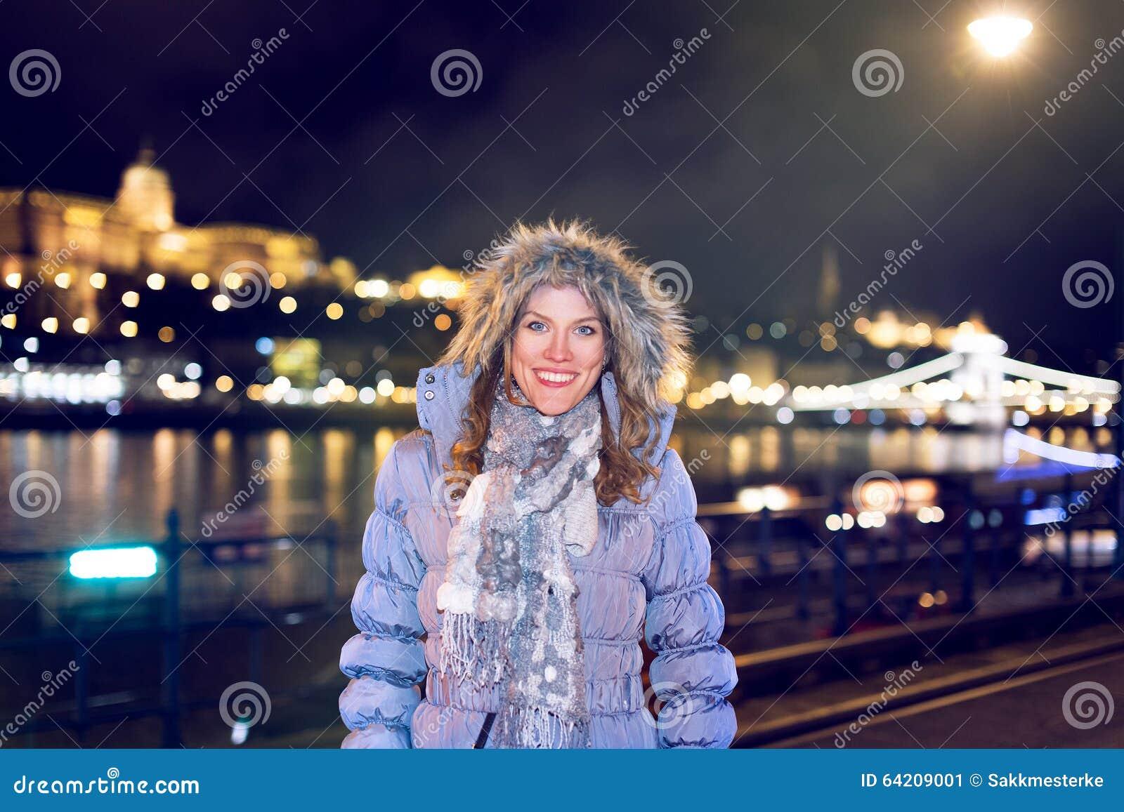 Turista feliz de la mujer en el invierno de Budapest