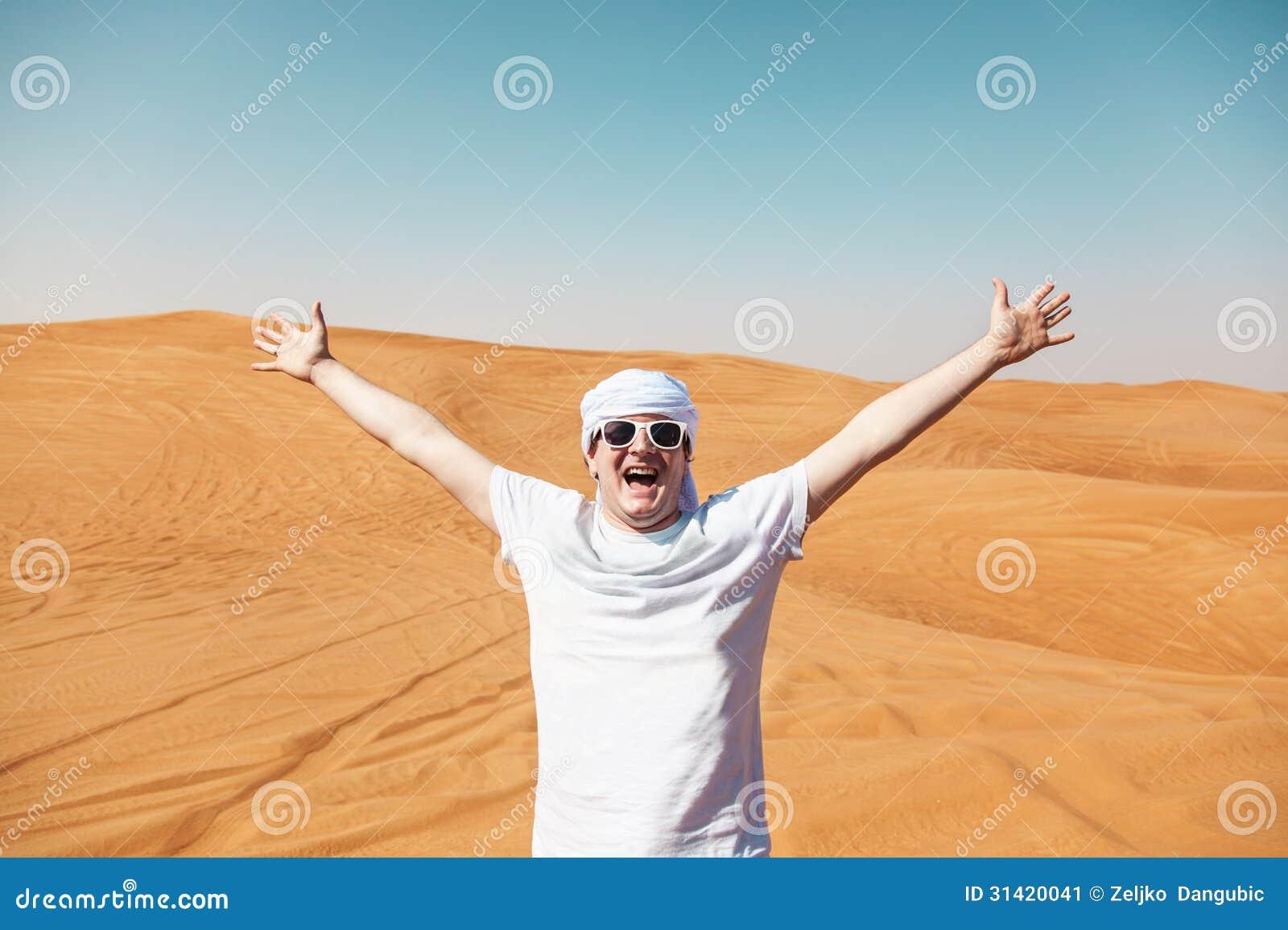 Turista feliz en Safari Desert