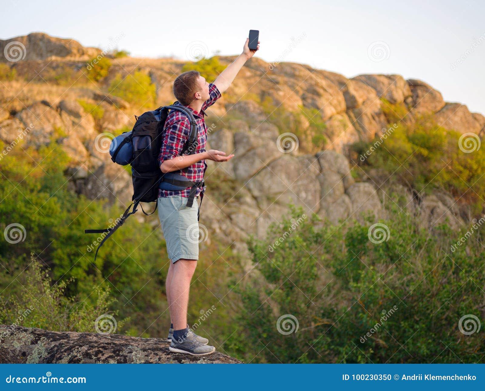 Turista Maschio Perso Su Uno Sfondo Naturale Uomo Perso Che Prova Ad