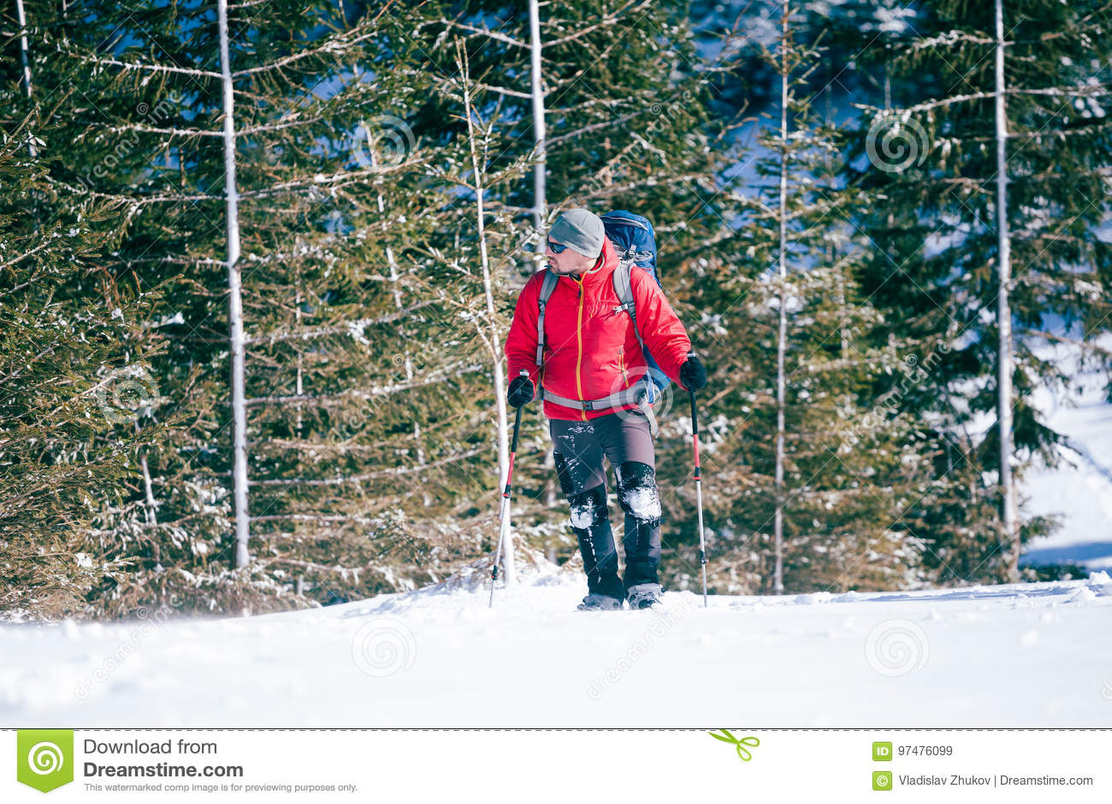 Turista maschio in racchette da neve della neve