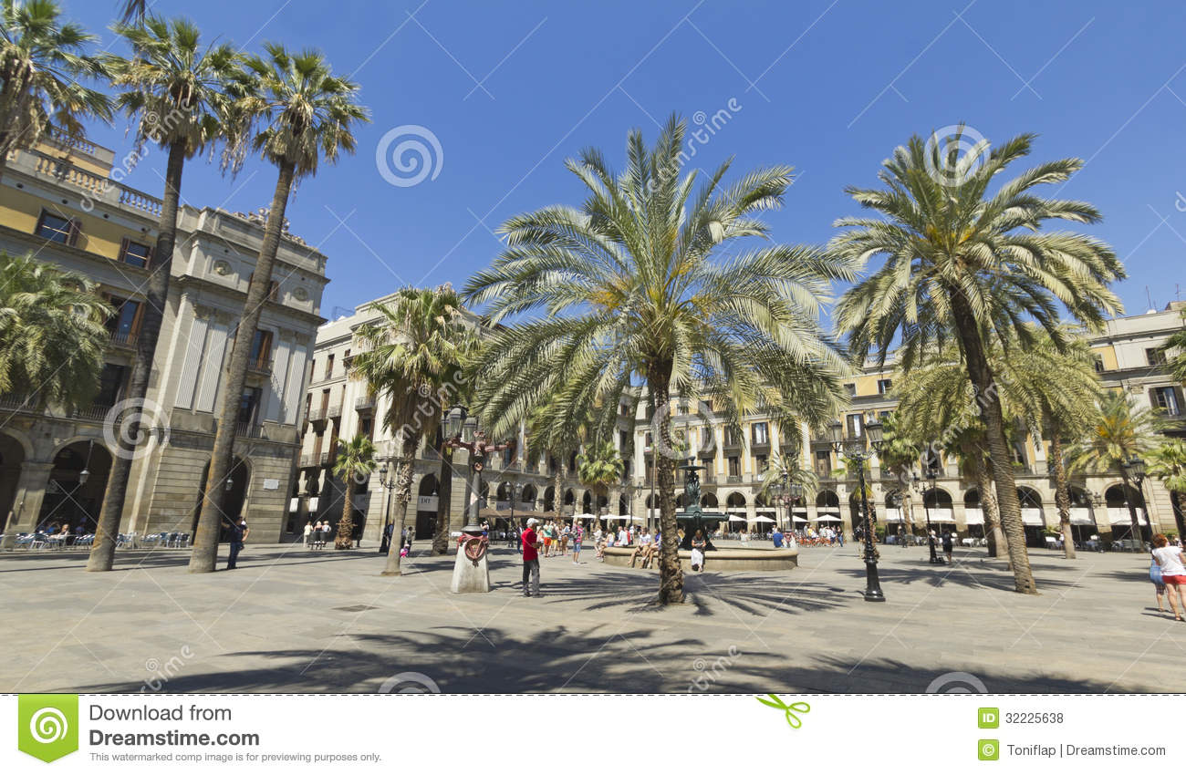 Download Turista Na Plaza Real Em Barcelona, Espanha Foto de Stock Editorial - Imagem de barri, real: 32225638