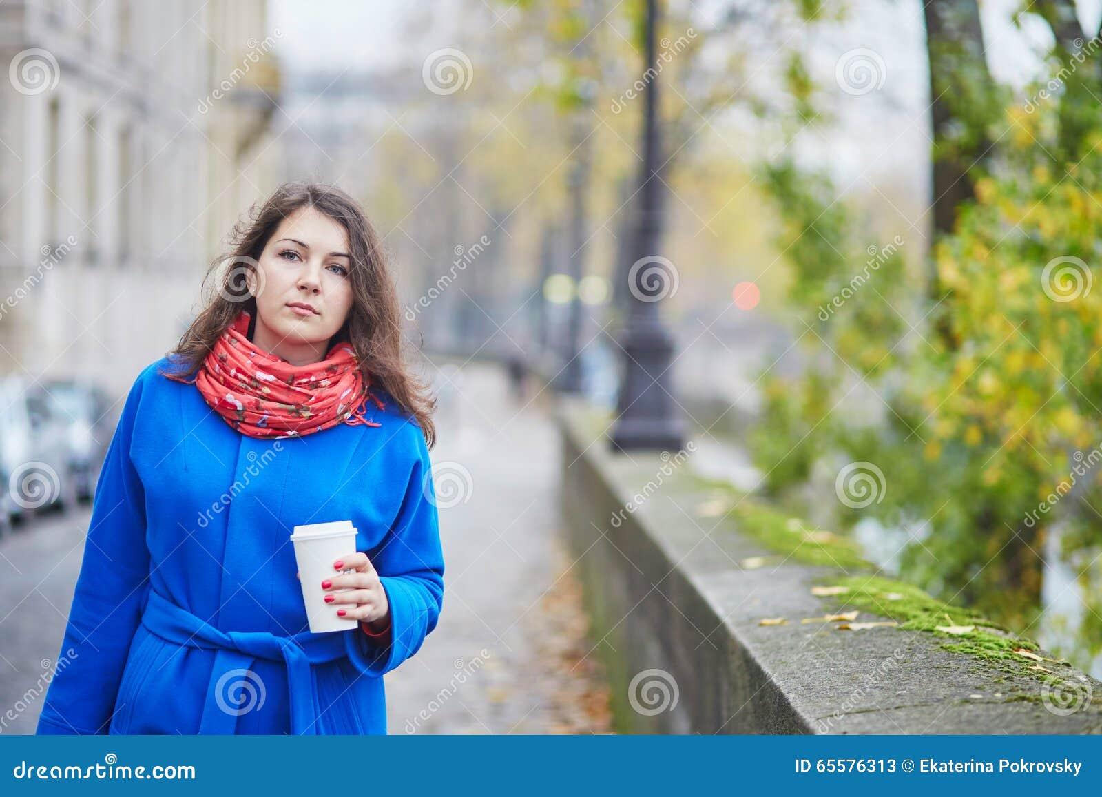 Turista novo em Paris em um dia da queda, café bebendo a ir