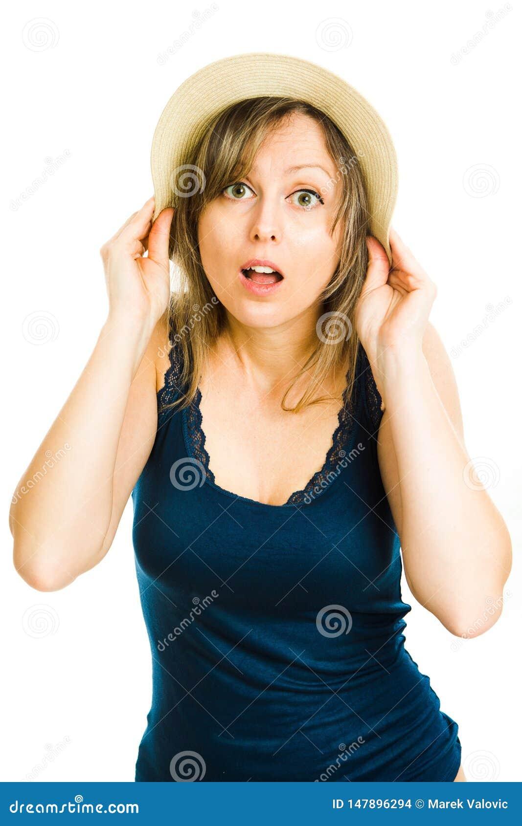 Turista rubio del verano de la mujer con el sombrero que lleva la camiseta azul
