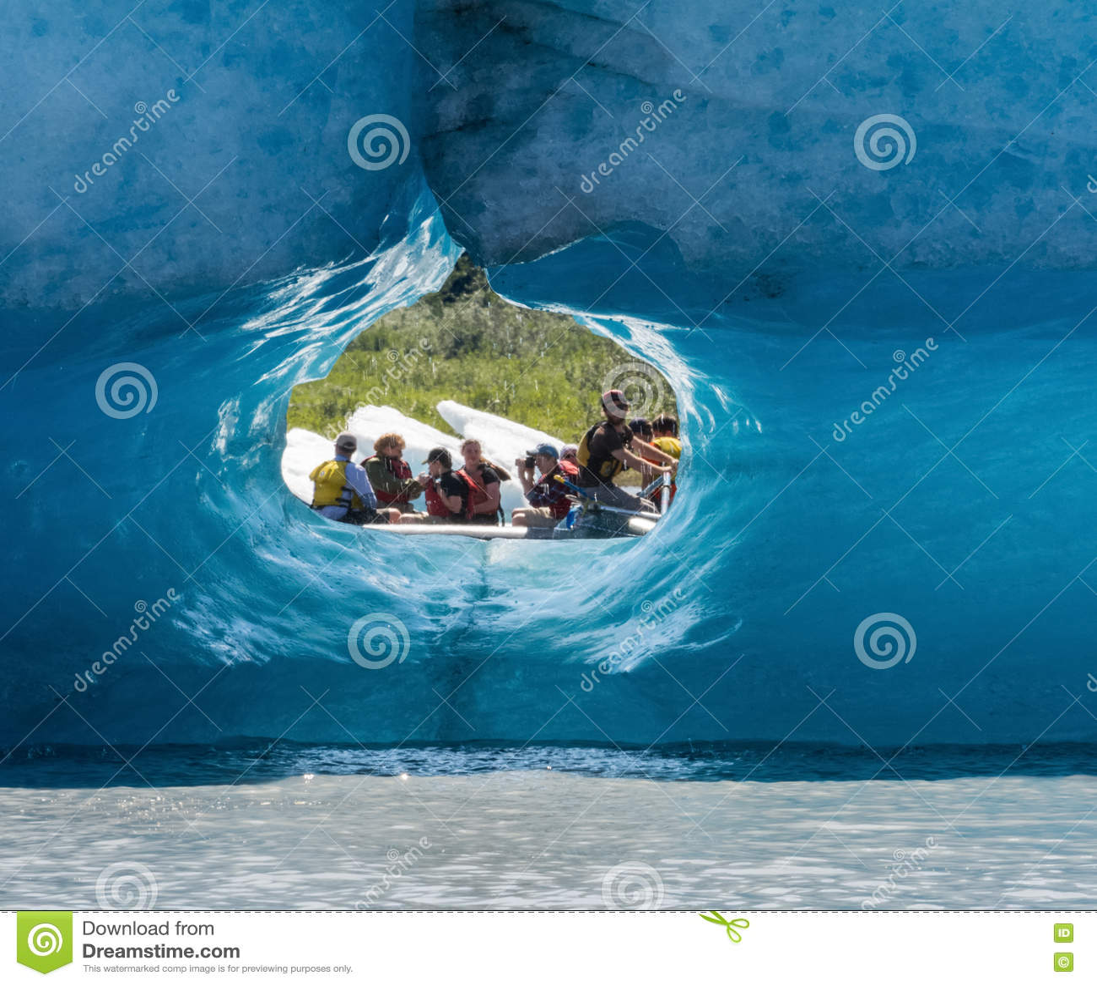 Turista visto através do túnel do gelo