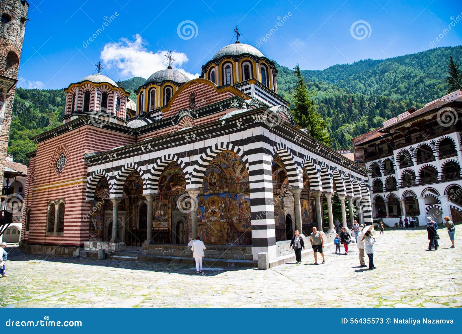 Turistas cerca de la iglesia en el monasterio famoso de Rila, Bulgaria