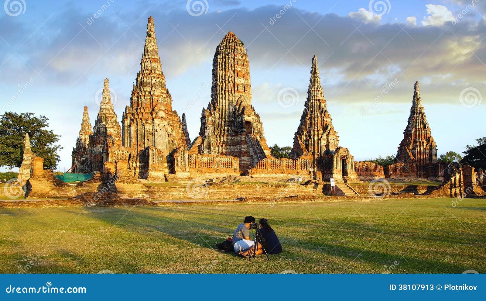 Turistas cerca del templo de Wat Chai Watthanaram.
