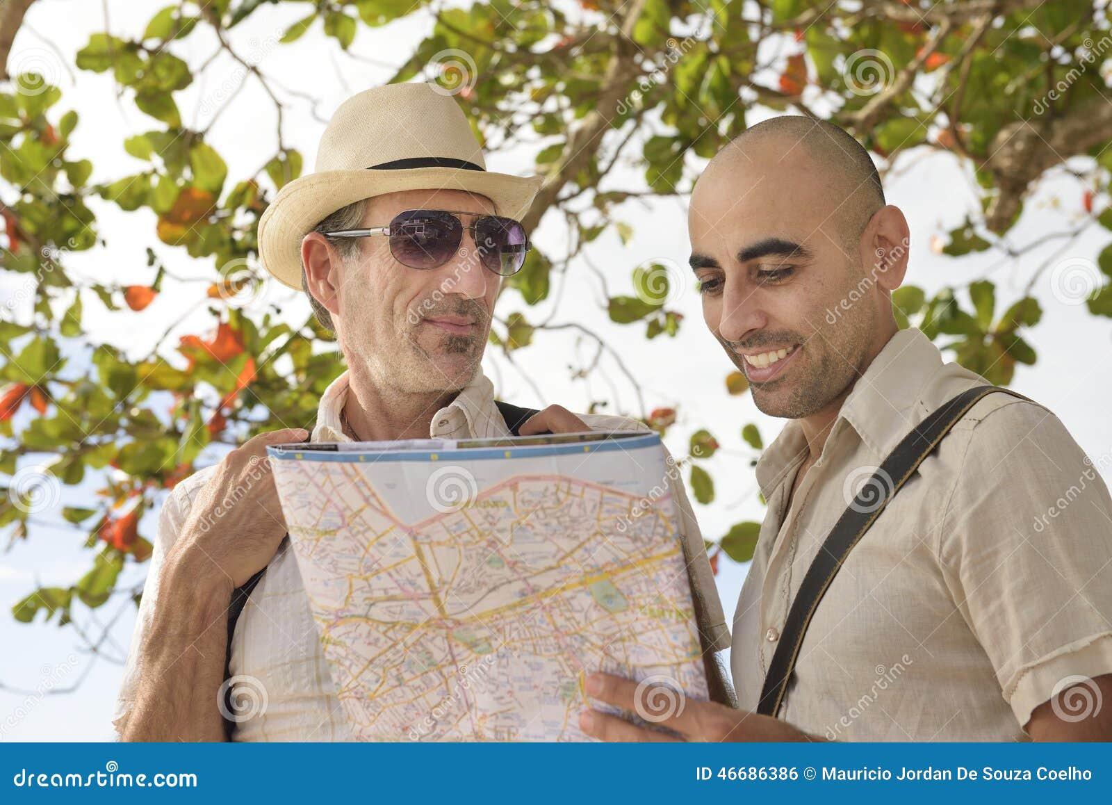 Turistas com mapa