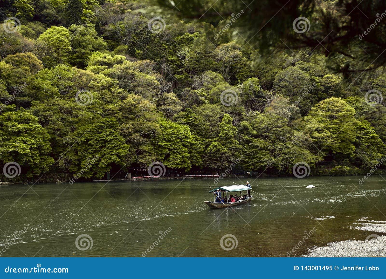 Turistas em um barco em Arashiyama
