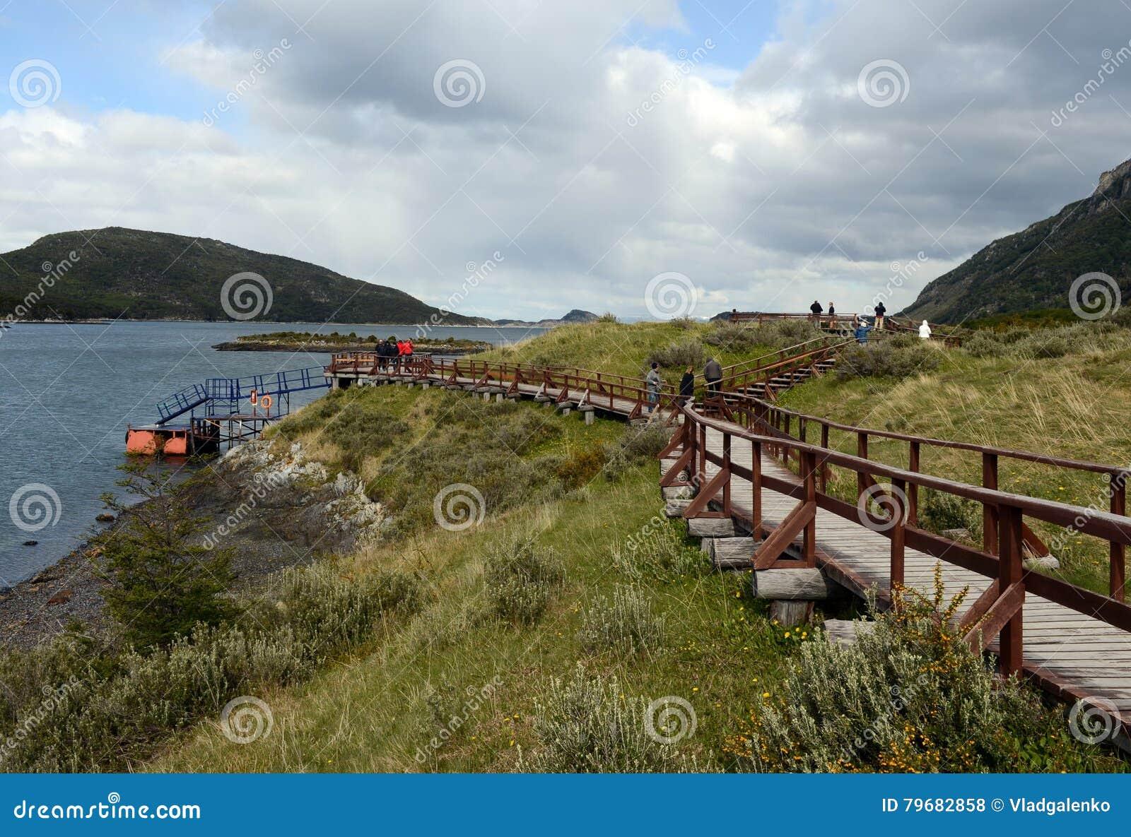 Turistas en la bahía Lapataia en el parque nacional de Tierra del Fuego
