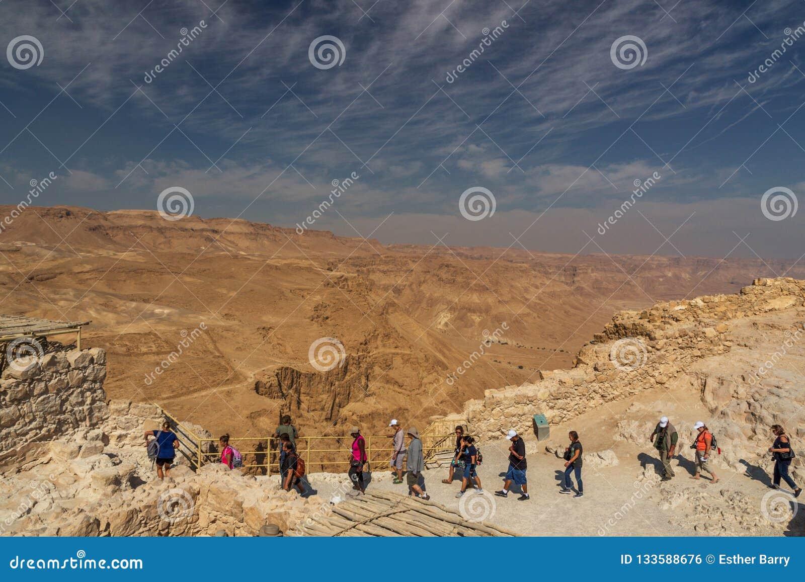 Turistas en la fortaleza de Masada, parque nacional, Judea, Israel