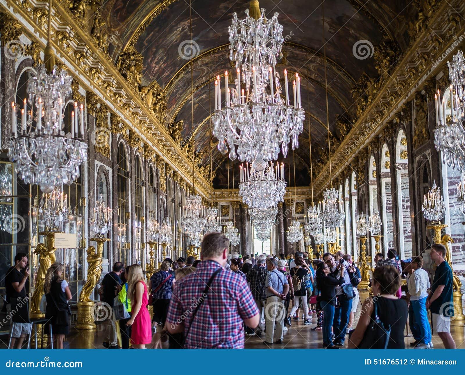 Turistas en Pasillo de espejos en el palacio de Versalles, Francia