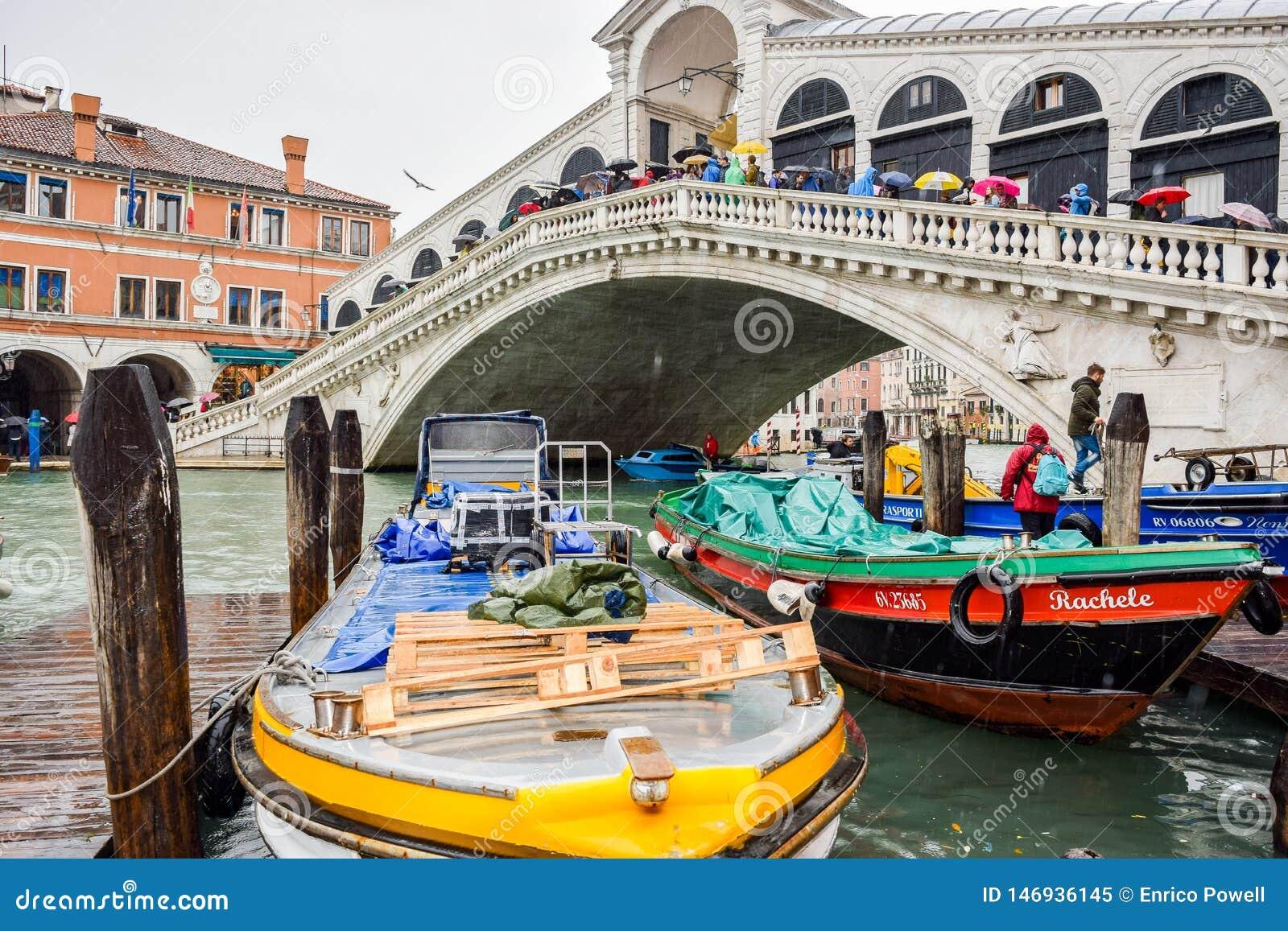 Turistas en un d?a lluvioso en el puente de Rialto en Grand Canal en Venecia, Italia