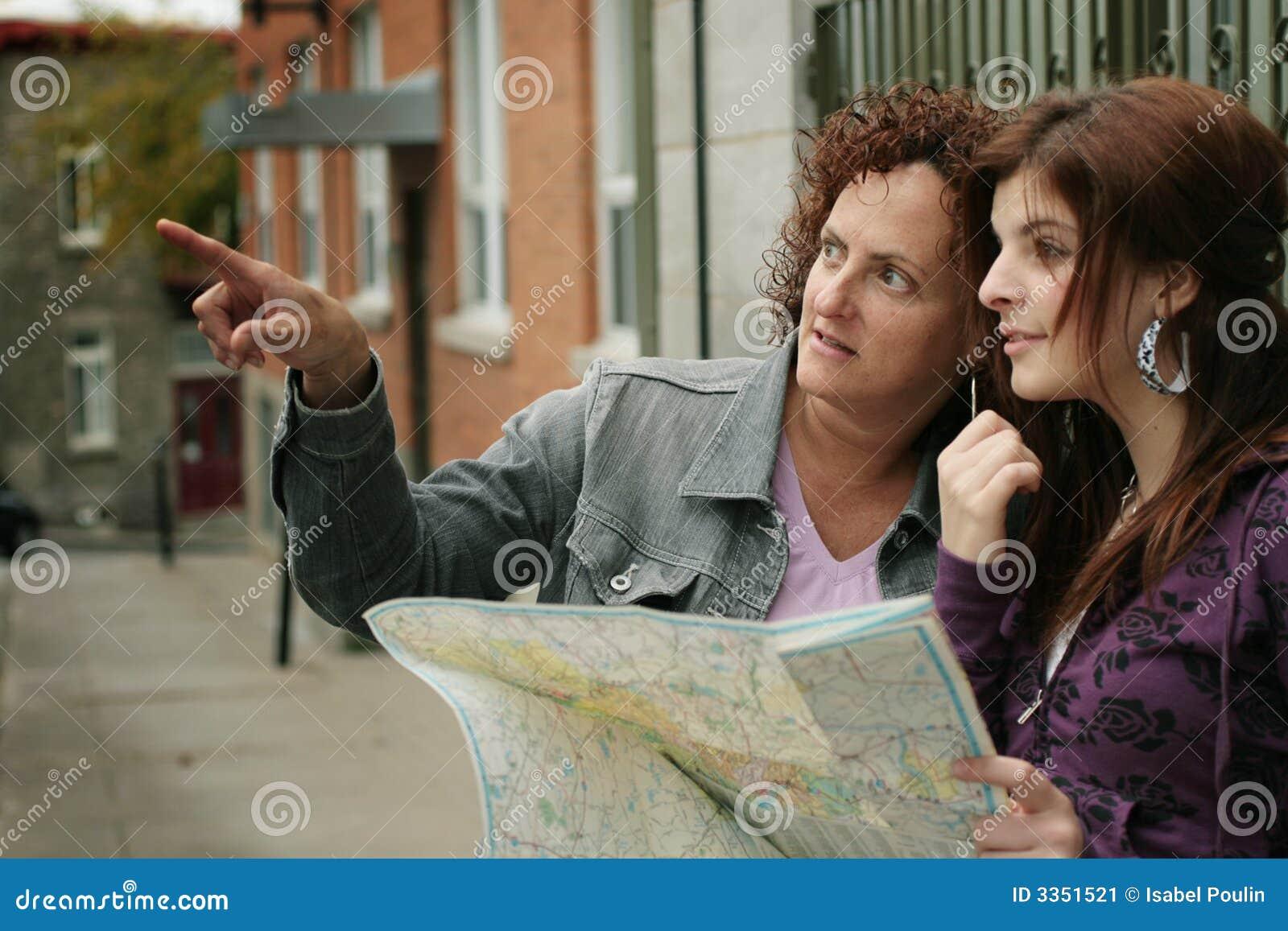 Turistas fêmeas que orienteering