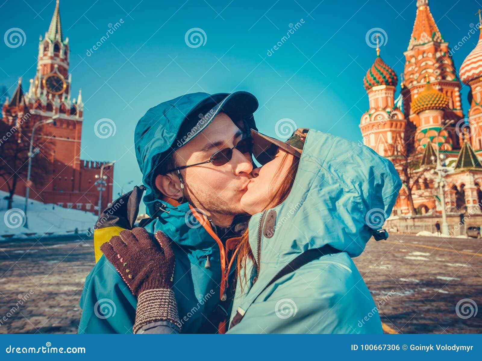Turistas felices que se besan en la Plaza Roja, Moscú