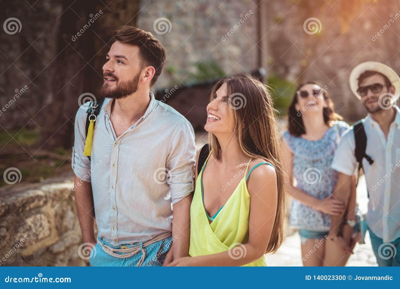 Turistas felizes que sightseeing na cidade