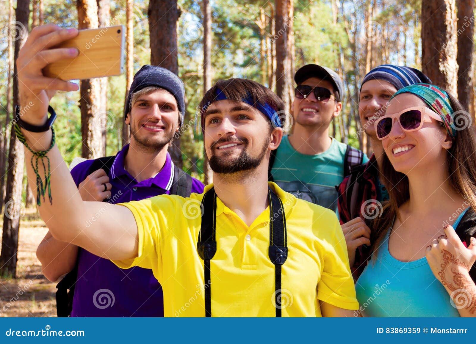 Turistas jovenes en el bosque
