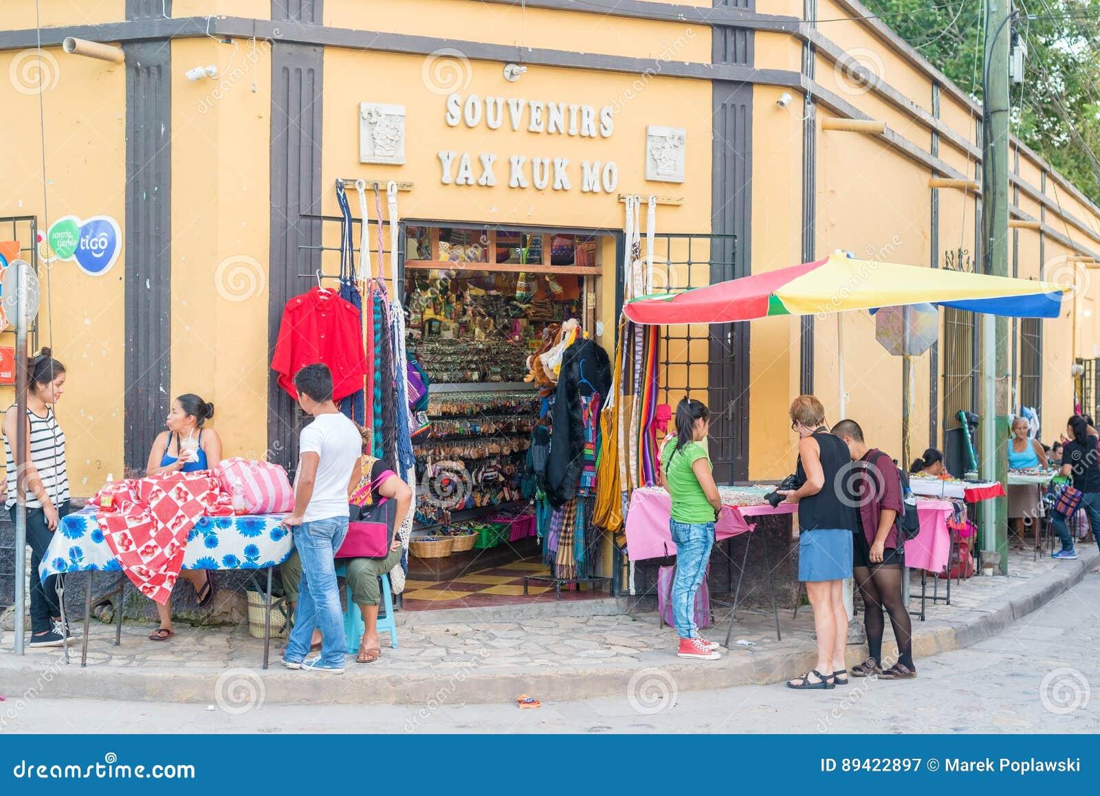 Turistas na frente da loja em Copan Ruinas, Honduras
