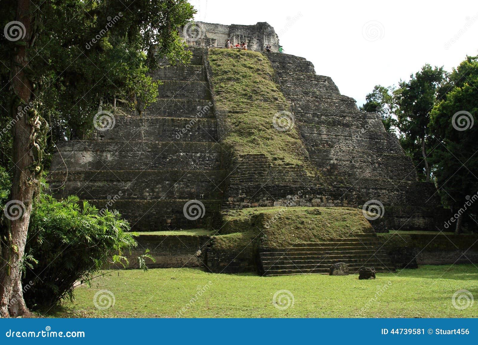 Turistas nas ruínas do templo maia em Yaxha, Guatemala