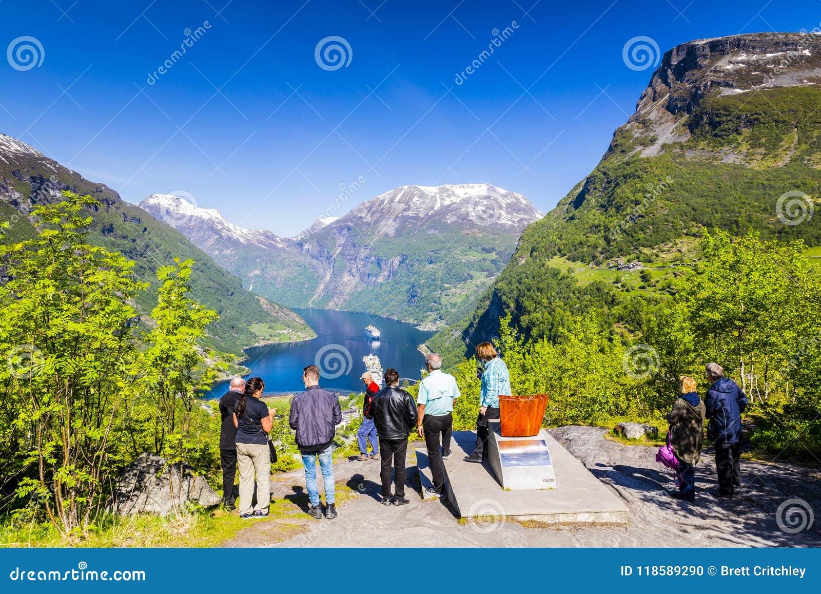 Turistas noruegos de Geiranger Noruega del fiordo