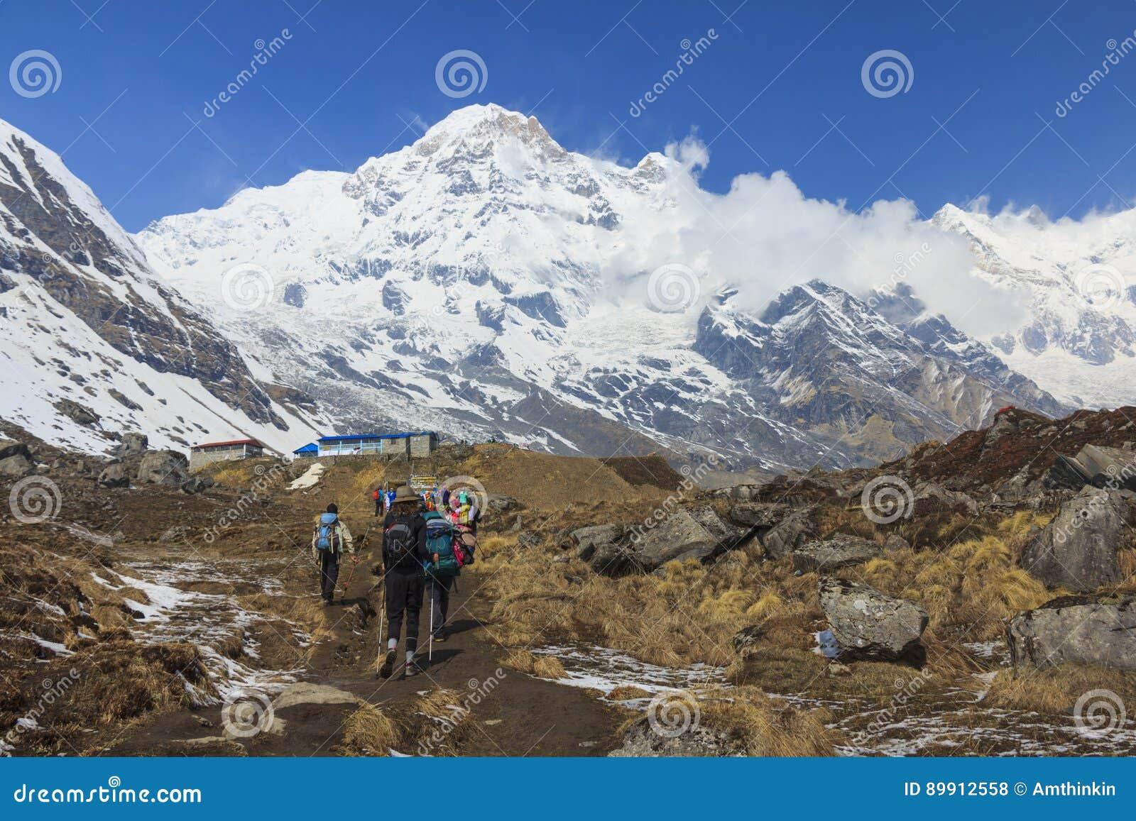 Turistas que emigran al campo bajo de Himalaya Annapurna, Nepal