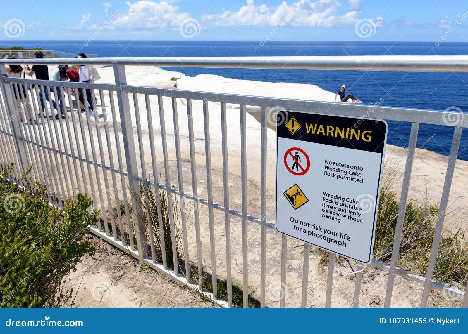 Turistas que enganchan a comportamiento aventurado en el parque nacional real, Sydney Australia