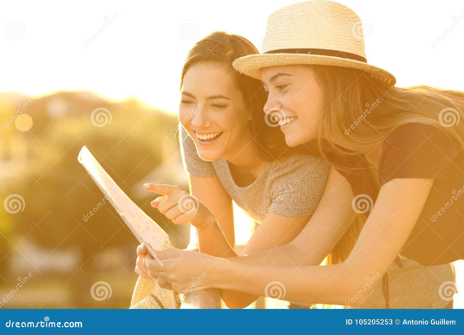 Turistas que leem um mapa em um balcão