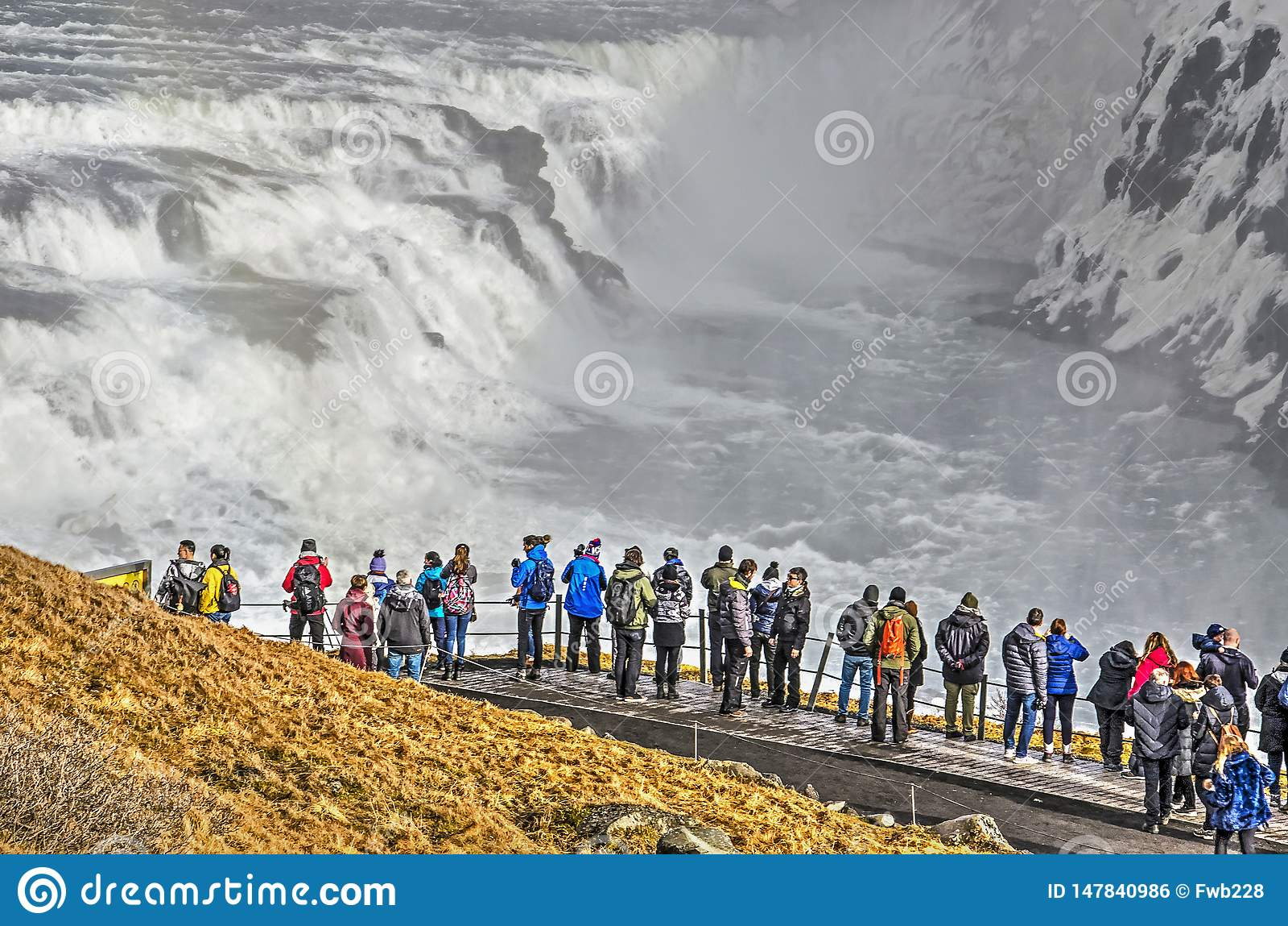 Turistas que olham Gulfoss