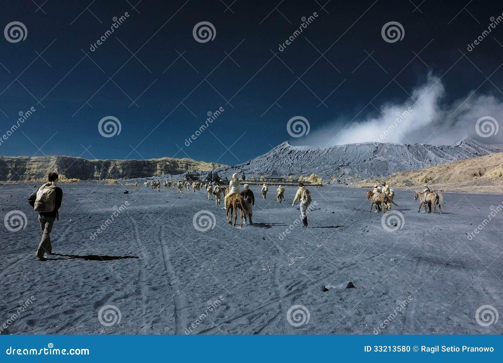 Turistas que se divierten en la montaña de Bromo