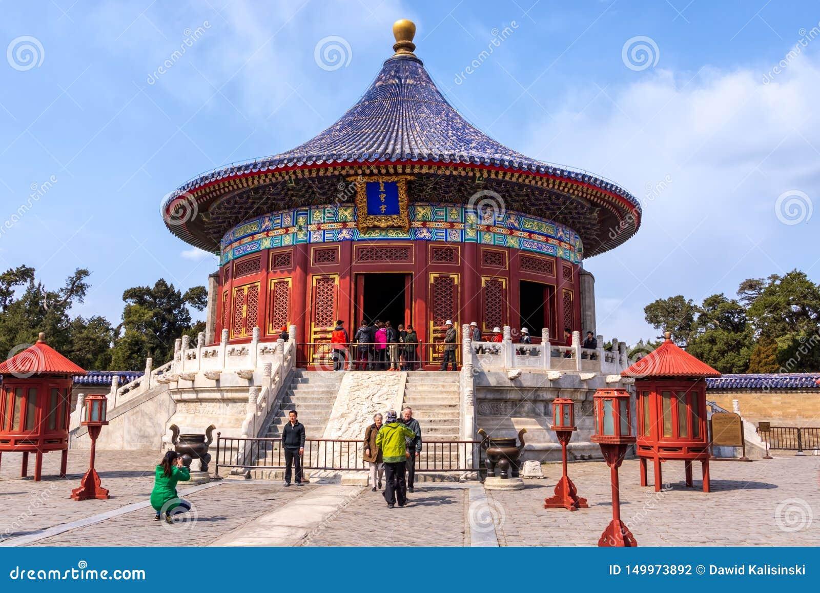 Turistas que toman imágenes y selfies delante del Templo del Cielo, Pekín