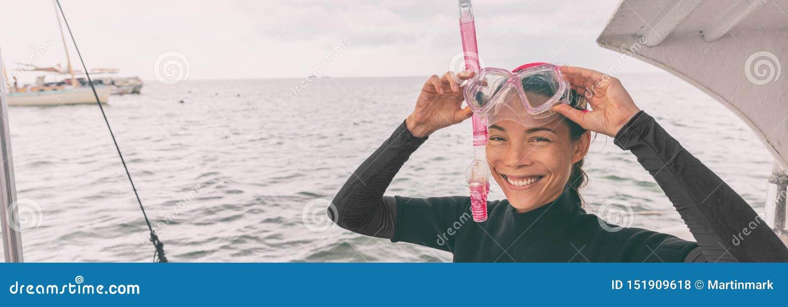Turisten för kvinnan för snorkelmaskeringen som turnerar den asiatiska får klar för att snorkla aktivitet, från fartygbaner