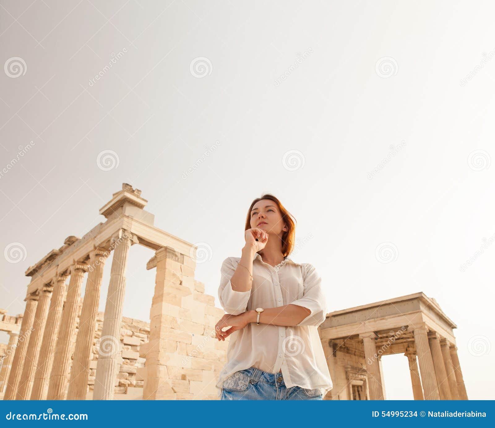 Turisten nära akropolen av Aten, Grekland