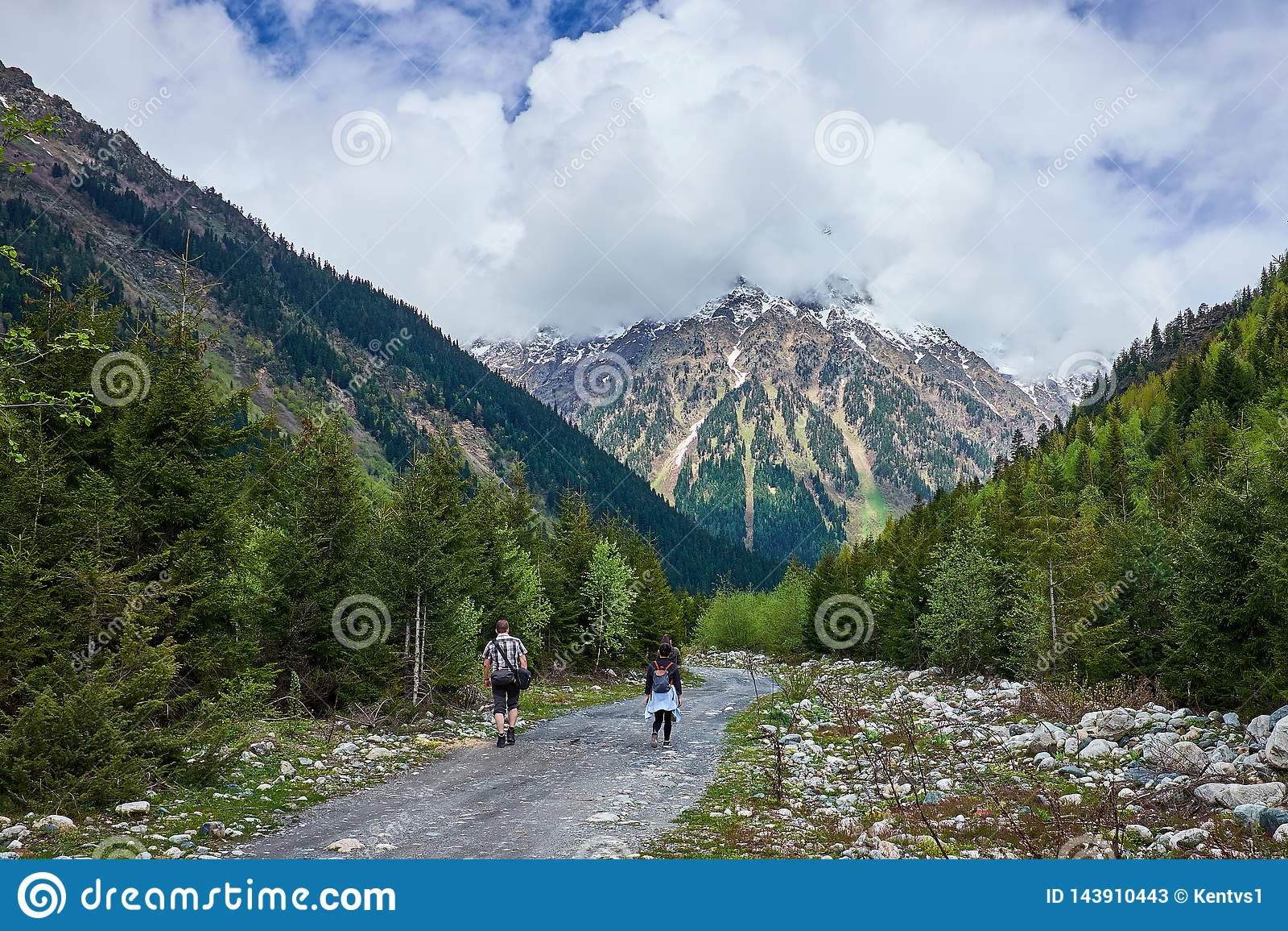 Turister går på en skogbergväg