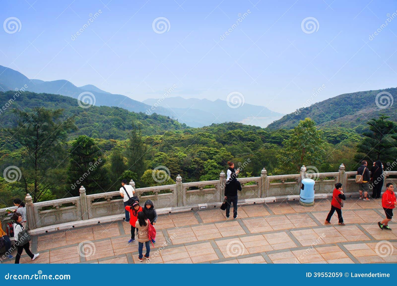 Turister går tillsammans med den stora Buddhapanoramapunkten